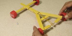 DIY Αυτοκινούμενο όχημα με λαστιχάκι